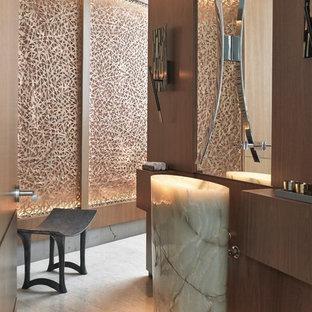 Неиссякаемый источник вдохновения для домашнего уюта: туалет в современном стиле с темными деревянными фасадами, раковиной с пьедесталом и бежевым полом