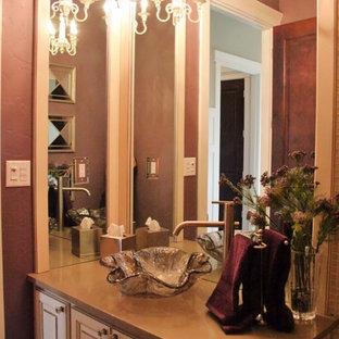 Новый формат декора квартиры: туалет в классическом стиле с фасадами с выступающей филенкой, белыми фасадами, фиолетовыми стенами, полом из керамогранита, настольной раковиной и коричневой столешницей