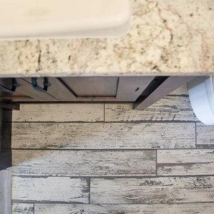 他の地域のラスティックスタイルのおしゃれなトイレ・洗面所 (セラミックタイルの床、白い床) の写真