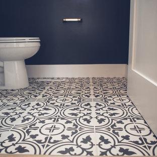 Cette image montre un WC et toilettes traditionnel de taille moyenne avec un WC séparé, un mur bleu, un sol en carreaux de ciment, un lavabo de ferme et un sol multicolore.