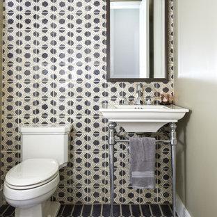 Foto de aseo tradicional renovado con baldosas y/o azulejos blancas y negros, paredes grises, lavabo tipo consola y suelo negro