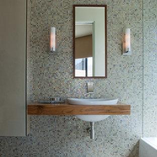 Aménagement d'un WC et toilettes contemporain avec un lavabo posé, un plan de toilette en bois, un carrelage multicolore, carrelage en mosaïque, un mur multicolore, un sol en carrelage de terre cuite et un plan de toilette marron.