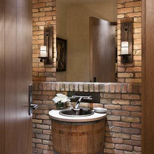 Réalisation d'un petit WC et toilettes chalet avec un mur multicolore, un sol en carrelage de céramique, un lavabo intégré, un plan de toilette en calcaire et un sol gris.
