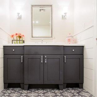 Свежая идея для дизайна: туалет среднего размера в средиземноморском стиле с врезной раковиной, фасадами в стиле шейкер, серыми фасадами, столешницей из искусственного кварца, серой плиткой, белыми стенами и полом из керамогранита - отличное фото интерьера
