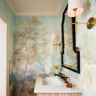 На фото: туалет среднего размера в стиле фьюжн с фасадами с филенкой типа жалюзи, светлыми деревянными фасадами, унитазом-моноблоком, синими стенами, паркетным полом среднего тона и врезной раковиной с