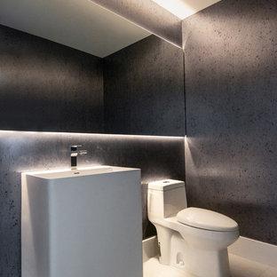 Aménagement d'un WC et toilettes contemporain de taille moyenne avec un WC à poser, un carrelage bleu, un mur bleu, un sol en carrelage de porcelaine, un lavabo de ferme, un sol gris et un plan de toilette blanc.