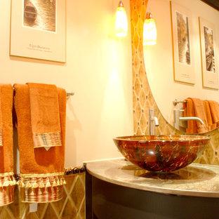 Неиссякаемый источник вдохновения для домашнего уюта: маленький туалет в классическом стиле с настольной раковиной, фасадами с утопленной филенкой, мраморной столешницей, унитазом-моноблоком, желтой плиткой, керамической плиткой, белыми стенами и темными деревянными фасадами