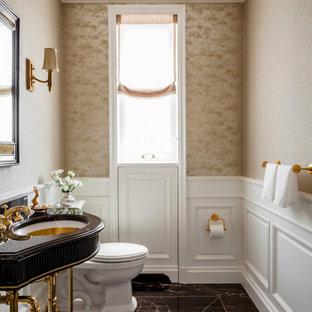 Mittelgroße Klassische Gästetoilette mit verzierten Schränken, Wandtoilette mit Spülkasten, beiger Wandfarbe und Waschtischkonsole in New York