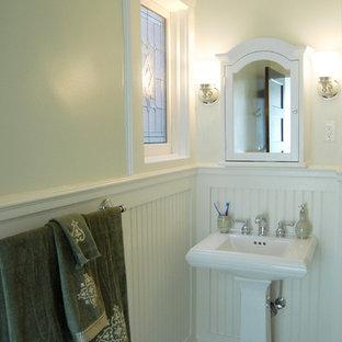 Kleine Klassische Gästetoilette mit Sockelwaschbecken, grüner Wandfarbe und Mosaik-Bodenfliesen in New York