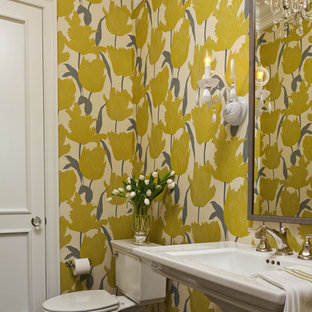 Mittelgroße Klassische Gästetoilette mit Sockelwaschbecken, Wandtoilette mit Spülkasten, bunten Wänden und dunklem Holzboden in Minneapolis