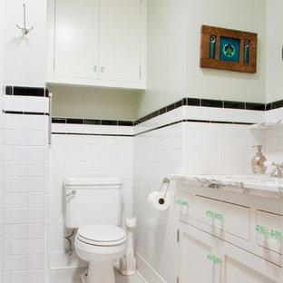 Foto de aseo de estilo americano, pequeño, con armarios con paneles empotrados, puertas de armario blancas, sanitario de una pieza, baldosas y/o azulejos blancos, baldosas y/o azulejos de cemento, paredes blancas, suelo de baldosas de cerámica, lavabo bajoencimera y encimera de mármol
