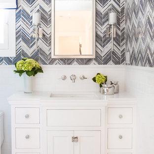 Идея дизайна: маленький туалет в стиле современная классика с фасадами с утопленной филенкой, белыми фасадами, унитазом-моноблоком, синей плиткой, плиткой мозаикой, мраморным полом, врезной раковиной и столешницей из искусственного кварца