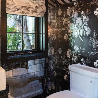 Ispirazione per un bagno di servizio eclettico di medie dimensioni con WC a due pezzi, piastrelle in metallo, pareti multicolore e lavabo sospeso