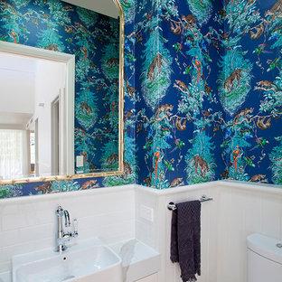 Idee per un piccolo bagno di servizio tropicale con ante con riquadro incassato, ante bianche, WC monopezzo, piastrelle bianche, piastrelle diamantate, pareti bianche, lavabo da incasso e top in marmo