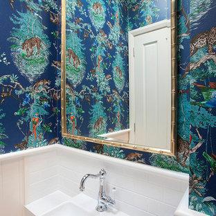 Пример оригинального дизайна: маленький туалет в морском стиле с фасадами с утопленной филенкой, белыми фасадами, унитазом-моноблоком, белой плиткой, плиткой кабанчик, белыми стенами, накладной раковиной и мраморной столешницей