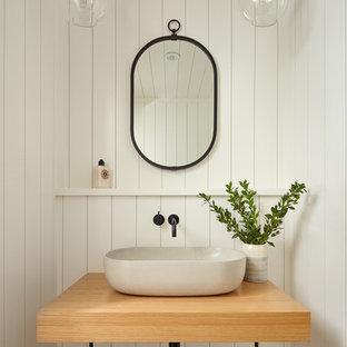 Klassische Gästetoilette mit weißer Wandfarbe, braunem Holzboden, Aufsatzwaschbecken und Waschtisch aus Holz in San Francisco