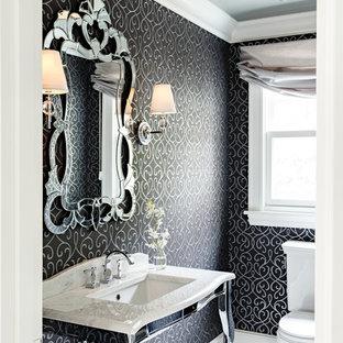 Cette image montre un petit WC et toilettes victorien avec un plan vasque, un plan de toilette en marbre, un WC à poser, un carrelage blanc, un mur noir et un sol en carrelage de terre cuite.