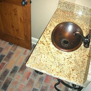 Réalisation d'un WC et toilettes méditerranéen de taille moyenne avec un mur marron, un sol en brique, un lavabo de ferme et un sol multicolore.