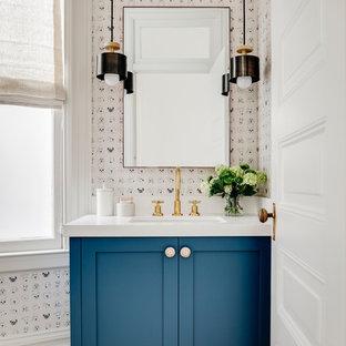 Свежая идея для дизайна: туалет в стиле современная классика с фасадами в стиле шейкер, синими фасадами, белыми стенами, паркетным полом среднего тона, врезной раковиной, коричневым полом и белой столешницей - отличное фото интерьера