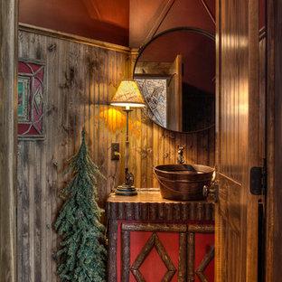 Idéer för rustika toaletter, med ett fristående handfat, mellanmörkt trägolv, möbel-liknande och röda väggar