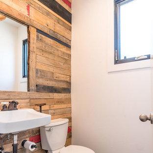 Стильный дизайн: туалет в стиле лофт с темным паркетным полом, подвесной раковиной, раздельным унитазом, разноцветными стенами и коричневым полом - последний тренд