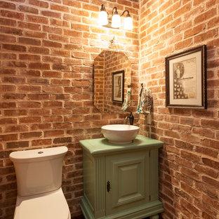 Стильный дизайн: маленький туалет в стиле рустика с настольной раковиной, фасадами островного типа, зелеными фасадами, столешницей из дерева, паркетным полом среднего тона, раздельным унитазом и зеленой столешницей - последний тренд