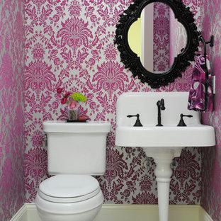 Свежая идея для дизайна: маленький туалет в стиле фьюжн с раздельным унитазом, разноцветными стенами, полом из керамогранита и раковиной с пьедесталом - отличное фото интерьера