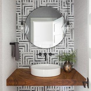 Idées déco pour un WC et toilettes classique avec un carrelage gris, un mur gris, une vasque et un plan de toilette marron.