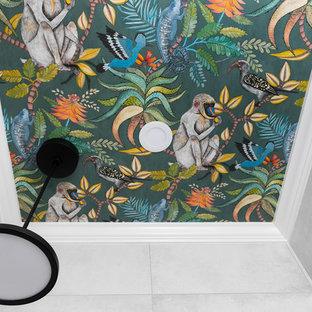 На фото: маленький туалет в стиле фьюжн с плоскими фасадами, зелеными фасадами, серой плиткой, настольной раковиной, серым полом, зеленой столешницей, правильным освещением, напольной тумбой и потолком с обоями с