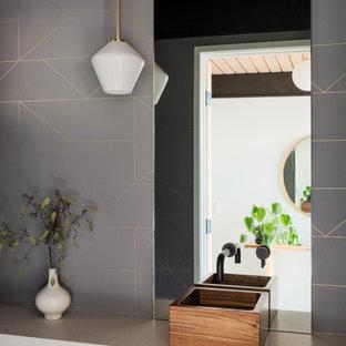 Skandinavische Gästetoilette mit grauen Fliesen, braunem Holzboden, Aufsatzwaschbecken, braunem Boden, grauer Waschtischplatte, Holzdecke und Tapetenwänden in San Francisco