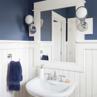 Kleine Maritime Gästetoilette mit blauer Wandfarbe, braunem Holzboden, Sockelwaschbecken und braunem Boden in Boston