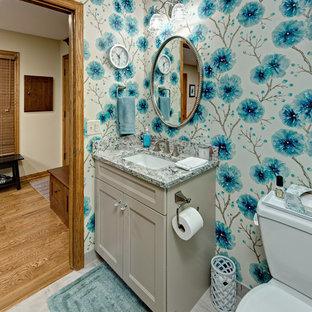 Foto di un bagno di servizio tradizionale di medie dimensioni con ante lisce, ante grigie, WC a due pezzi, pareti blu, pavimento con piastrelle in ceramica, lavabo sottopiano, top in quarzo composito e pavimento grigio