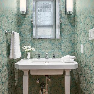 Idéer för små vintage toaletter, med ett undermonterad handfat, flerfärgade väggar och mellanmörkt trägolv