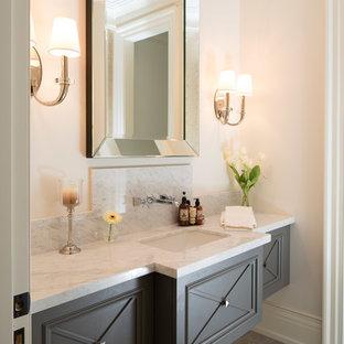 Große Klassische Gästetoilette mit Unterbauwaschbecken, grauen Schränken, Marmor-Waschbecken/Waschtisch, weißer Wandfarbe, Marmorboden und weißer Waschtischplatte in Toronto