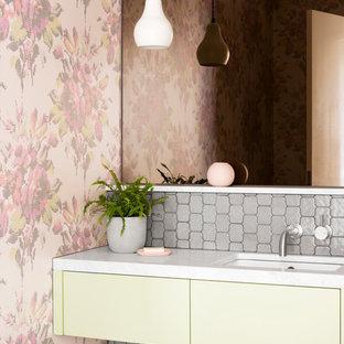 На фото: со средним бюджетом маленькие туалеты в современном стиле с плоскими фасадами, зелеными фасадами, инсталляцией, серой плиткой, керамической плиткой, разноцветными стенами, полом из керамической плитки, врезной раковиной, мраморной столешницей, серым полом и белой столешницей
