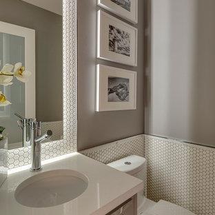 Идея дизайна: туалет среднего размера в современном стиле с врезной раковиной, серыми фасадами, столешницей из искусственного кварца, унитазом-моноблоком, белой плиткой, плиткой мозаикой, серыми стенами и фасадами с утопленной филенкой