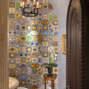 Foto de aseo mediterráneo, pequeño, con baldosas y/o azulejos multicolor, suelo de baldosas de terracota, armarios tipo mueble, baldosas y/o azulejos de cerámica, paredes grises, lavabo con pedestal y suelo marrón