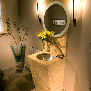 Idee per un bagno di servizio design di medie dimensioni con lavabo sottopiano, top in pietra calcarea, piastrelle beige, pareti marroni, pavimento in travertino e piastrelle di pietra calcarea