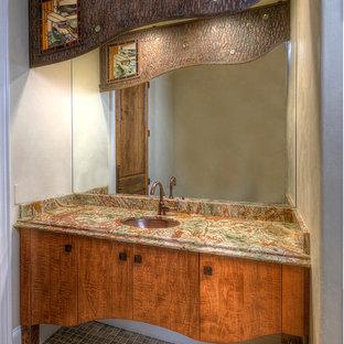 Пример оригинального дизайна: туалет среднего размера в стиле фьюжн с плоскими фасадами, фасадами цвета дерева среднего тона, белыми стенами, полом из керамогранита, врезной раковиной, столешницей из гранита и разноцветной столешницей