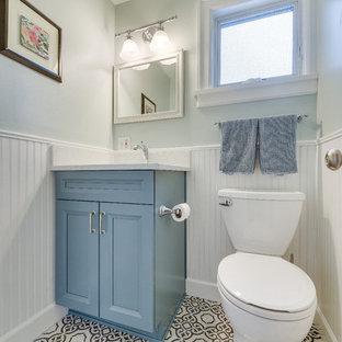 Inspiration för ett mellanstort vintage vit vitt toalett, med skåp i shakerstil, blå skåp, en toalettstol med separat cisternkåpa, blå väggar, klinkergolv i porslin, ett undermonterad handfat, bänkskiva i kvarts och svart golv