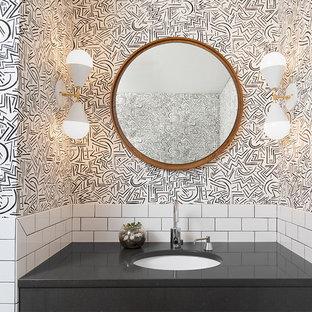 Diseño de aseo ecléctico, de tamaño medio, con baldosas y/o azulejos blancos, baldosas y/o azulejos de cemento, paredes multicolor, lavabo bajoencimera, encimera de cuarzo compacto y encimeras negras