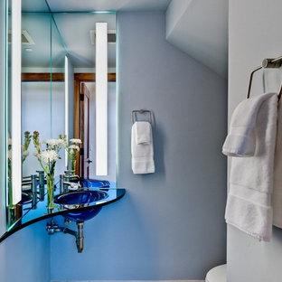 Kleine Moderne Gästetoilette mit blauer Wandfarbe und Wandwaschbecken in San Francisco