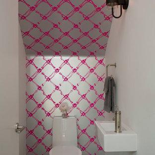 Неиссякаемый источник вдохновения для домашнего уюта: маленький туалет в современном стиле с подвесной раковиной, унитазом-моноблоком, разноцветными стенами и бетонным полом
