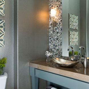 Esempio di un bagno di servizio classico con lavabo a bacinella, consolle stile comò, ante blu, piastrelle multicolore, piastrelle a mosaico, pareti grigie e top marrone
