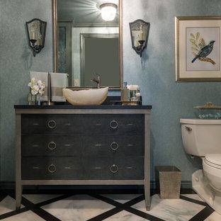 Esempio di un piccolo bagno di servizio chic con ante grigie, piastrelle bianche, piastrelle nere, pareti verdi, pavimento in marmo, lavabo a bacinella, top in granito, WC a due pezzi e consolle stile comò
