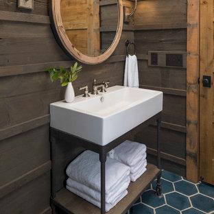 Стильный дизайн: туалет среднего размера в стиле рустика с открытыми фасадами, коричневыми фасадами, унитазом-моноблоком, коричневой плиткой, коричневыми стенами, полом из керамической плитки, раковиной с пьедесталом, столешницей из искусственного камня и синим полом - последний тренд