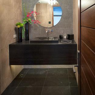 Réalisation d'un WC et toilettes design de taille moyenne avec un lavabo intégré, un plan de toilette en granite, des carreaux de porcelaine, un sol en marbre, un carrelage beige et un plan de toilette noir.
