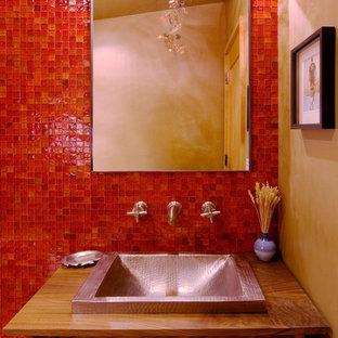 Ejemplo de aseo contemporáneo con baldosas y/o azulejos en mosaico y baldosas y/o azulejos rojos