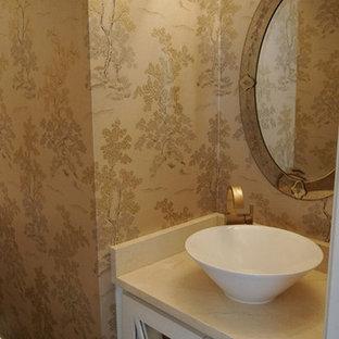 Diseño de aseo asiático, pequeño, con lavabo sobreencimera, puertas de armario blancas, encimera de cuarzo compacto y suelo de madera oscura