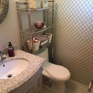Diseño de aseo romántico con armarios tipo mueble, puertas de armario con efecto envejecido, baldosas y/o azulejos grises, baldosas y/o azulejos de porcelana, paredes grises, suelo de baldosas de porcelana y encimera de granito